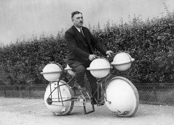 An amphibious bicycle that you could use on land and in water (1931).