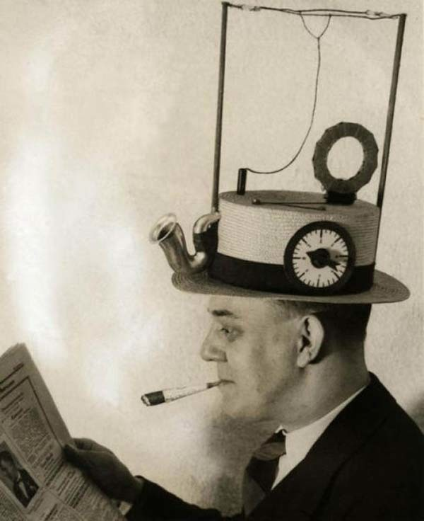A hat integrated with radio (1931).